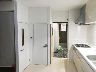キッチンリフォーム 台所に立つのが楽しくなる、白くて清潔感のあるキッチン