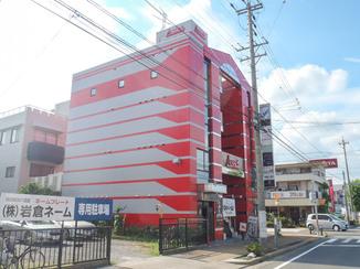 外壁・屋根リフォーム 目立つ赤色を使い、カッコいい美観になった商業ビル